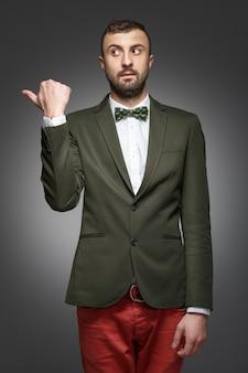 Jonge man in een groen pak, shows links