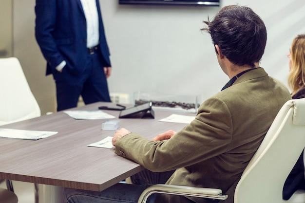 Jonge man in een kantoorvergadering met de zakenpartners