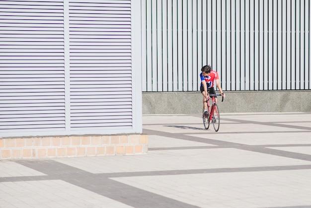 Jonge man in fietskleding rijdt op een racefiets