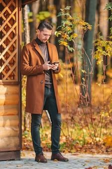 Jonge man in herfst park buitenshuis