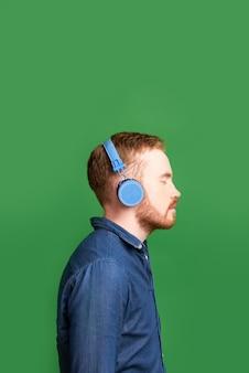 Jonge man in hoofdtelefoon