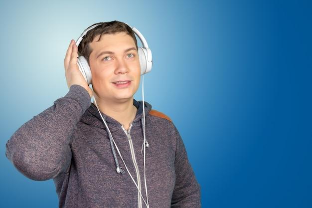 Jonge man in hoofdtelefoons
