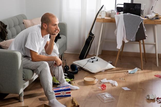 Jonge man in isolatie thuis