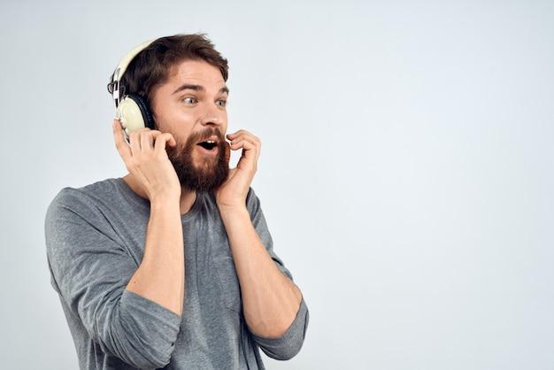 Jonge man in koptelefoon luistert naar muziek op licht