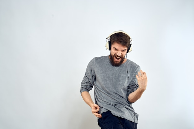 Jonge man in koptelefoon luistert naar muziek