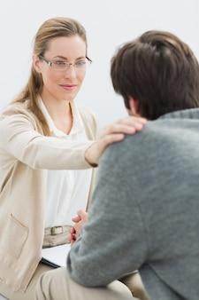Jonge man in ontmoeting met een psycholoog