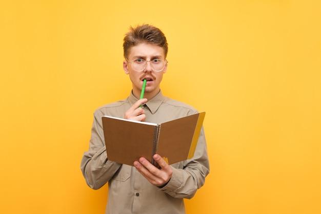Jonge man in overhemd en glazen geïsoleerd