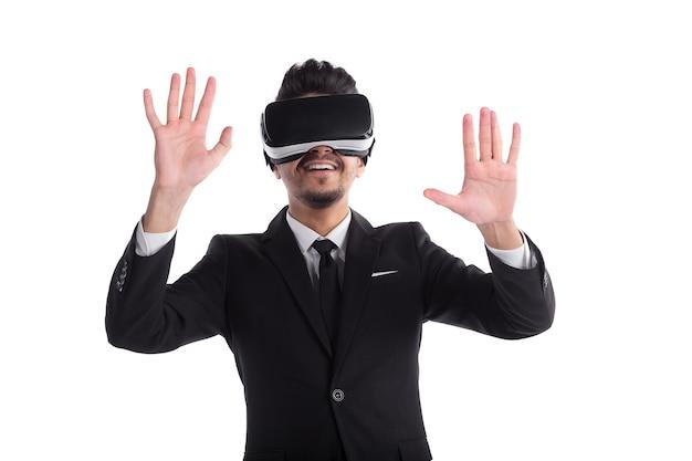 Jonge man in pak en 3d-bril geïsoleerd op een witte achtergrond.