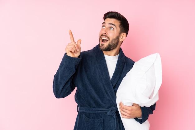 Jonge man in pyjama over geïsoleerde