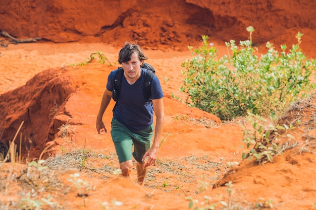 Jonge man in rode canyon dichtbij mui ne zuidelijk vietnam