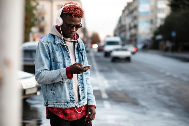 Jonge man in stad mock-up luisteren muziek