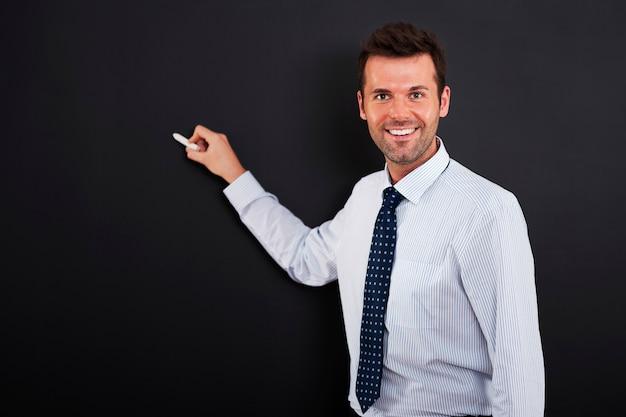 Jonge man is klaar om bedrijfsstrategie te tekenen