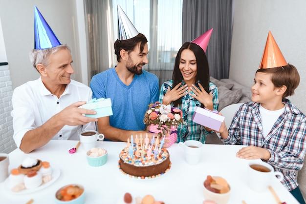 Jonge man, jongen en oude man feliciteren gelukkige verjaardag.