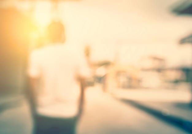 Jonge man kijkt uit naar de zonsondergang in de stad.