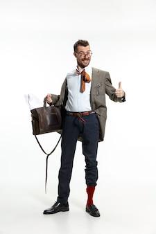 Jonge man komt verkreukeld en slordig naar zijn werk omdat de deadline is. hij heeft geen tijd voor kleding. concept van de problemen, zaken, problemen en stress van de beambte.