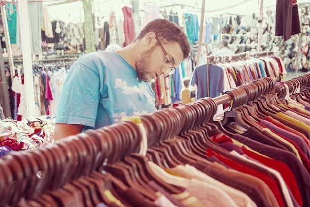 Jonge man koopt tweedehands winkel