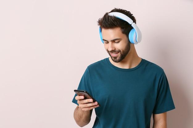 Jonge man luisteren naar audioboek op lichte achtergrond