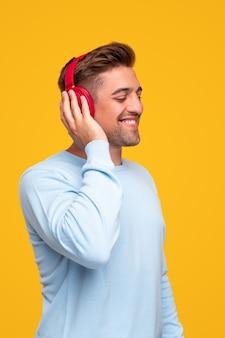 Jonge man luisteren naar goede muziek