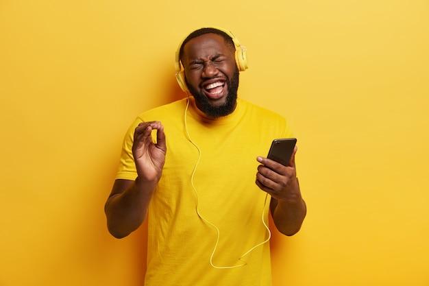 Jonge man luisteren naar muziek in koptelefoon