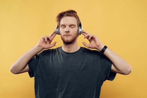 Jonge man luisteren naar muziek met een koptelefoon