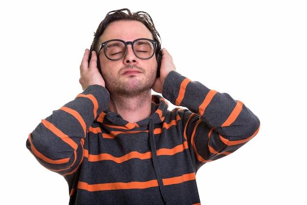 Jonge man luisteren naar muziek met gesloten ogen