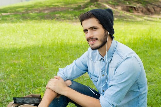 Jonge man luisteren naar muziek met koptelefoon