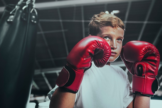 Jonge man maakt zich klaar voor boksen