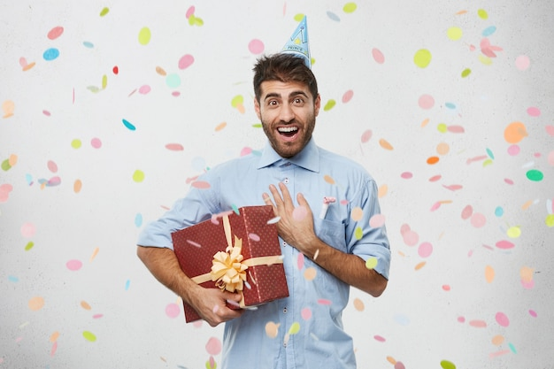 Jonge man met aanwezig omringd door confetti