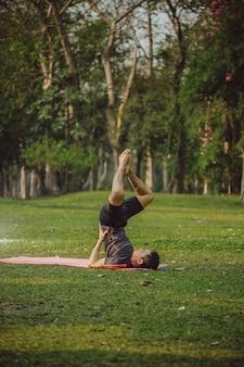 Jonge man met acrobatische houding
