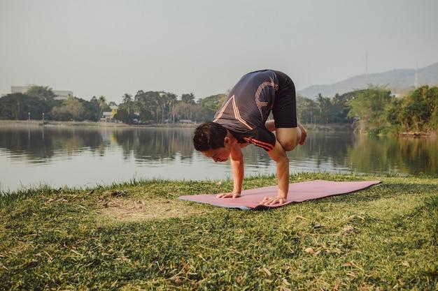 Jonge man met acrobatische yoga pose
