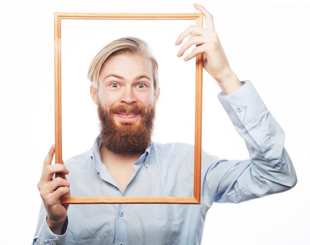 Jonge man met afbeeldingsframe