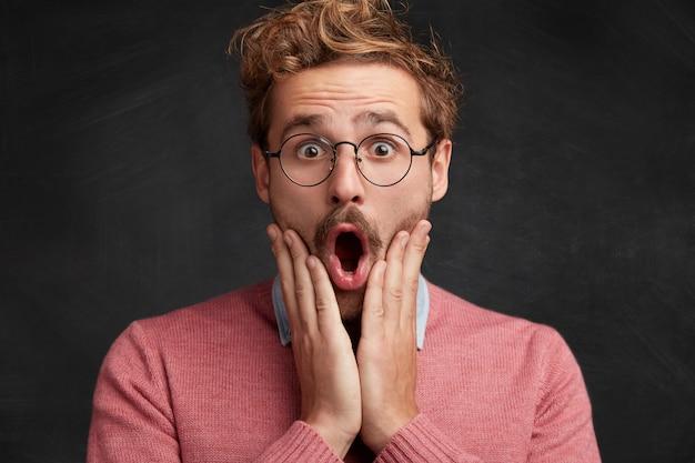 Jonge man met baard en ronde bril
