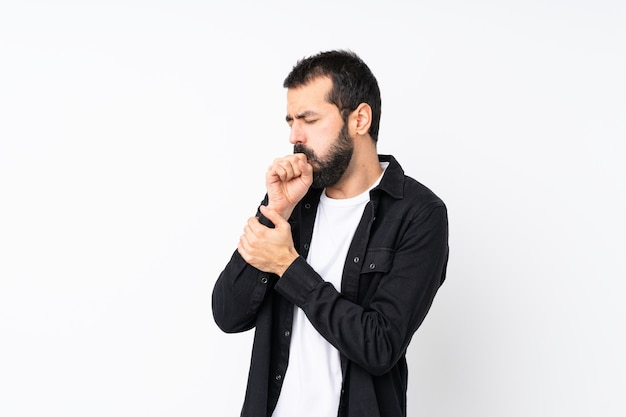 Jonge man met baard over geïsoleerde wit lijdt aan hoest en voelt zich slecht