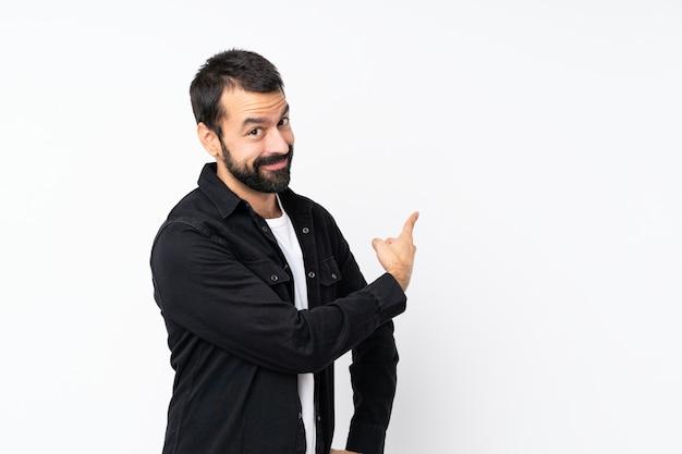 Jonge man met baard over geïsoleerde witte muur terug
