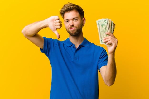 Jonge man met bankbiljetten