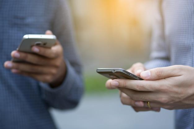 Jonge man met behulp van mobiele slimme telefoon.