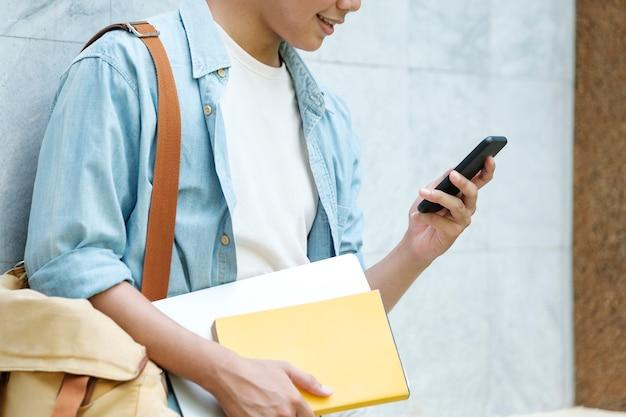 Jonge man met behulp van mobilephone. online communicatieconcept.