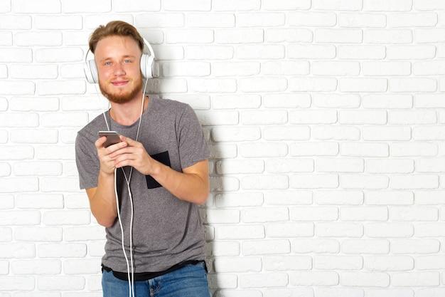 Jonge man met behulp van smartphone