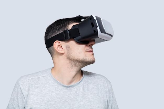 Jonge man met behulp van vr headset, ervaart virtual reality