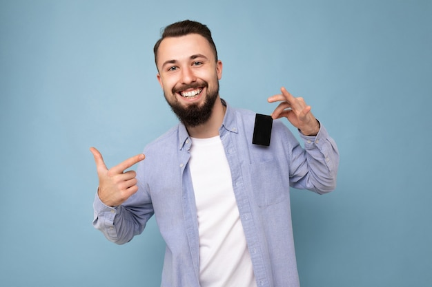Jonge man met casual blauw shirt en wit t-shirt
