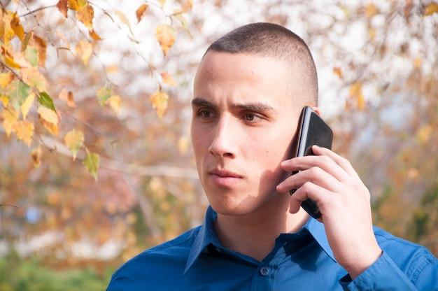 Jonge man met de telefoon
