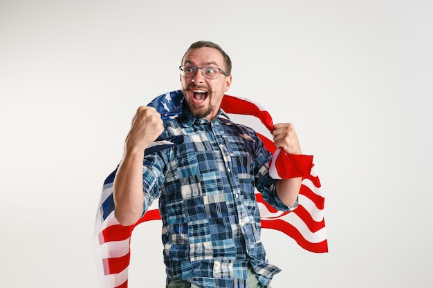 Jonge man met de vlag van de verenigde staten van amerika
