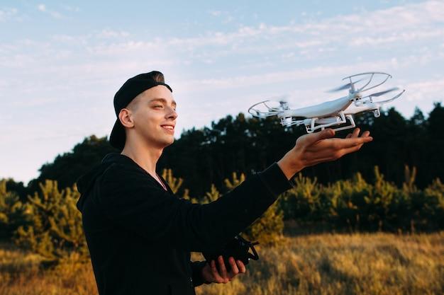 Jonge man met drone voor vlucht op aard.
