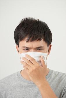 Jonge man met een beschermend masker geïsoleerd op een witte achtergrond