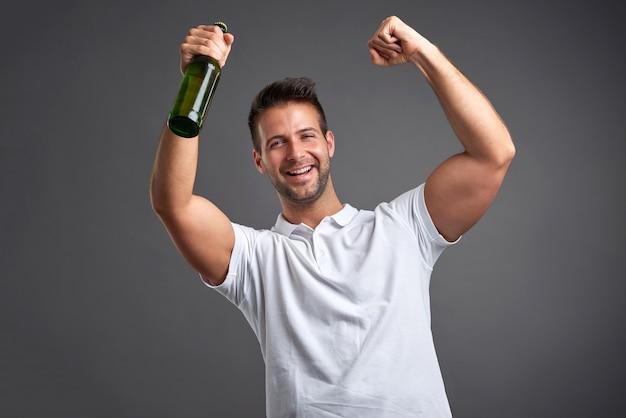 Jonge man met een biertje