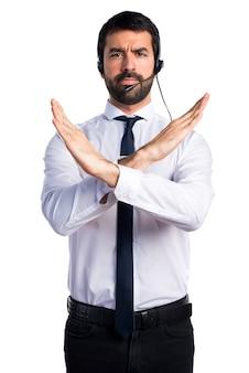 Jonge man met een headset die geen gebaar doet