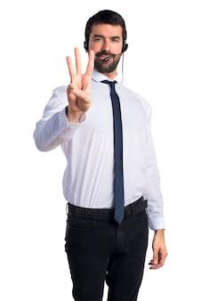 Jonge man met een headset tellen drie