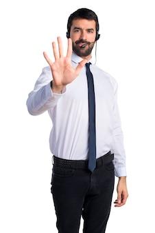 Jonge man met een headset tellen vijf