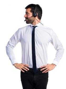 Jonge man met een hoofdtelefoon naar beneden kijken