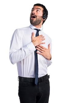 Jonge man met een hoofdtelefoon verliefd